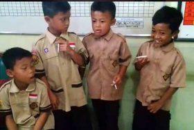 [VIDEO] ¡Repudiable! Profesor castigaba a sus alumnos obligándoles a fumar